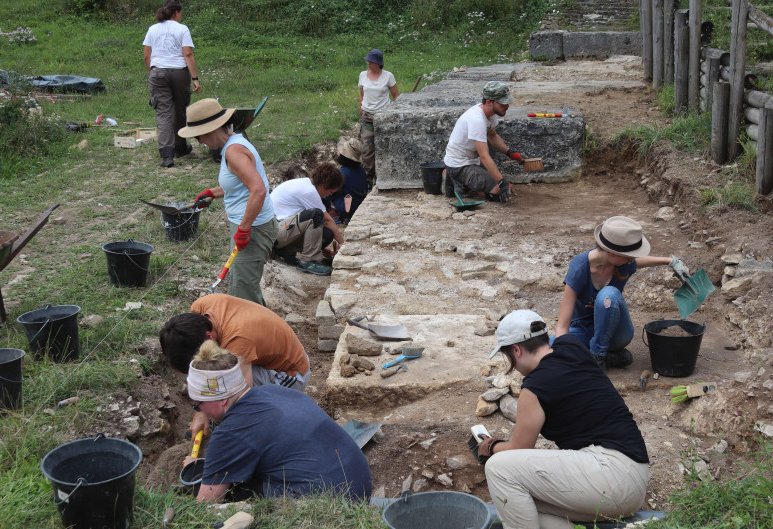 Students excavating at M和eure in eastern France