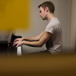 A student plays the piano in a practice room in the Johnson 艺术s Center.